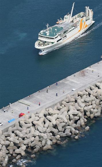 本村港に到着した「フェリー太陽」=29日午後、鹿児島県の口永良部島(本社チャーターヘリから・鈴木健児撮影)