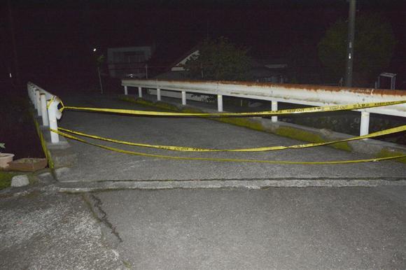 電気柵による感電事故があった現場の付近=19日午後9時58分、静岡県西伊豆町