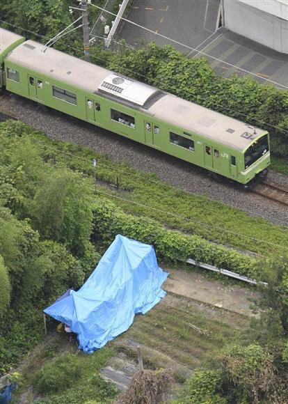 星野凌斗さんの遺体が発見された現場。すぐそばをJR関西線の電車が通る=8月22日、大阪府柏原市(本社ヘリから)
