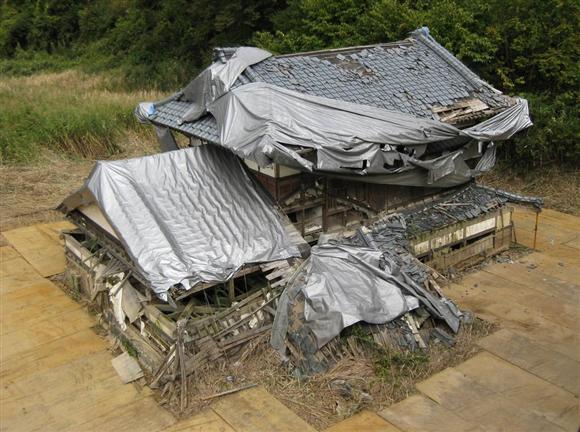 水没した長岡市山古志地区の家屋(同市提供)