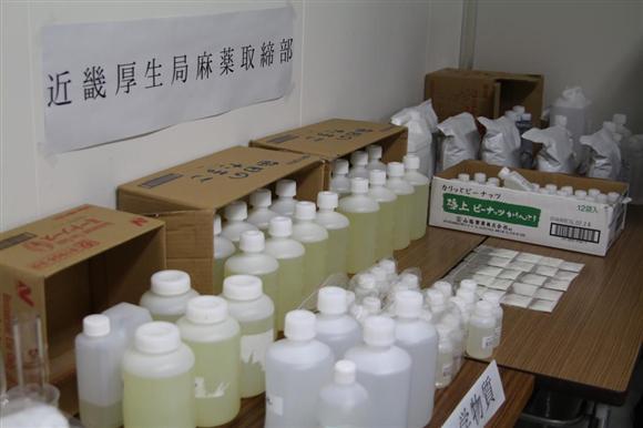 """""""ラッシュ兄貴""""の自宅から押収された原料となる大量の粉末や液体の化学物質"""