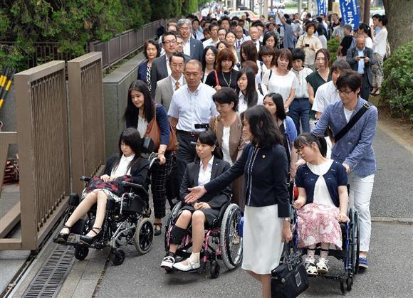 子宮頸がんワクチン(HPVワクチン)接種後に健康被害を受けたと訴える15~22歳の女性63人が7月27日、国とワクチンメーカー2社に損害賠償を求める訴訟を東京など4地裁に起こした。一連の問題で国などを相手取った訴訟は初めて。