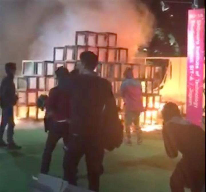 神宮イベント火災 5歳男児死亡、父親ら2人けが 展示の木製遊具 ...