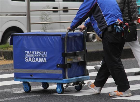 日常的に重い荷物を運ぶ「佐川男子」