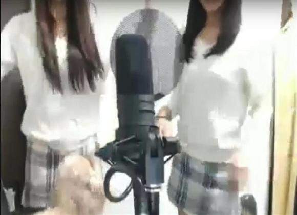 女子生徒(右)が姉とともに姉妹ユニットで活動する様子をインターネット上に公開した動画(youtubeより)