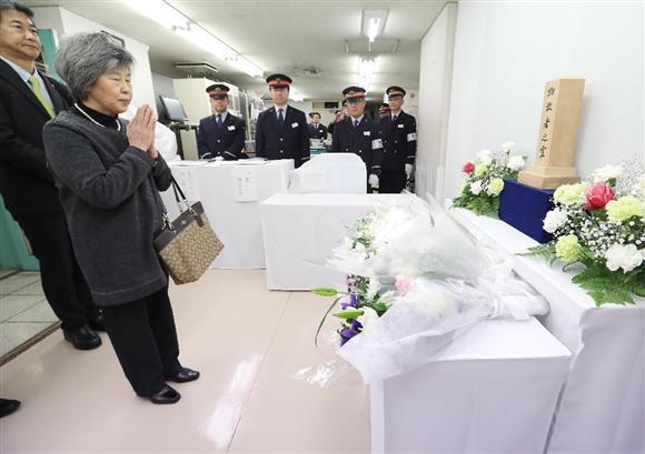 地下鉄サリン事件から22年を迎え、献花し手を合わせる遺族の高橋シズヱさん(左から2人目)=20日午前10時31分、東京メトロ霞ケ関駅(代表撮影)