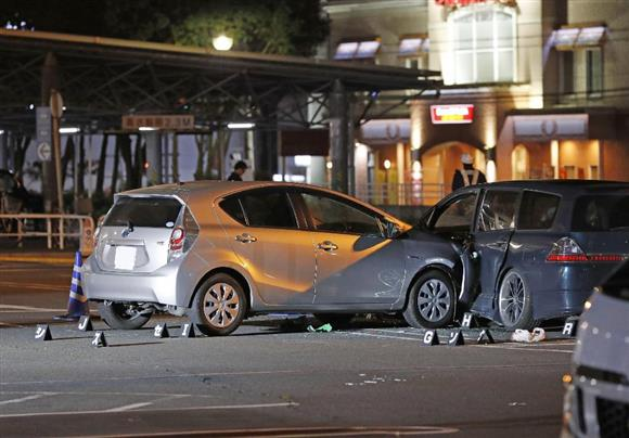 高齢女性の乗用車(左)が暴走し、歩行者がはねられた「イオン入間店」の駐車場=22日午前0時16分、埼玉県入間市