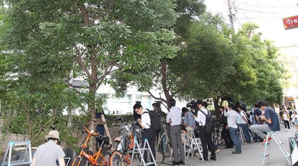 東京地検特捜部は19日、詐欺などの疑いで、同社本社など関係先の家宅捜索を始めた。詰めかけた報道陣=19日午後、東京都港区(菊本和人撮影)