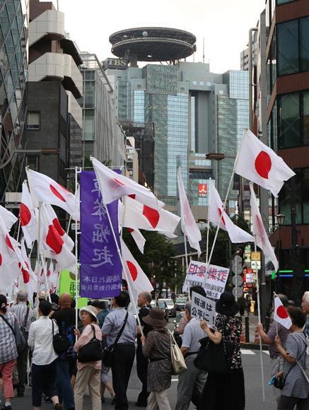 TBSの報道姿勢についてデモ行進する人々。奥はTBSの本社=9日午後、東京都内(古厩正樹撮影)