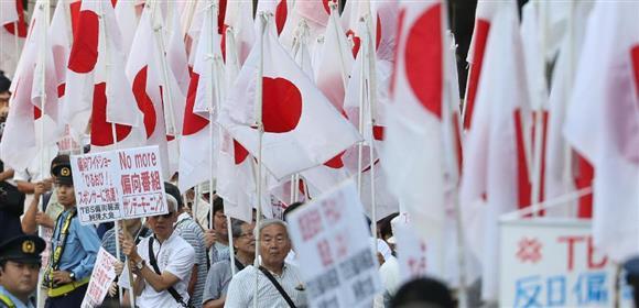 TBSの報道姿勢についてデモ行進する人々=9日午後、東京都内(古厩正樹撮影)