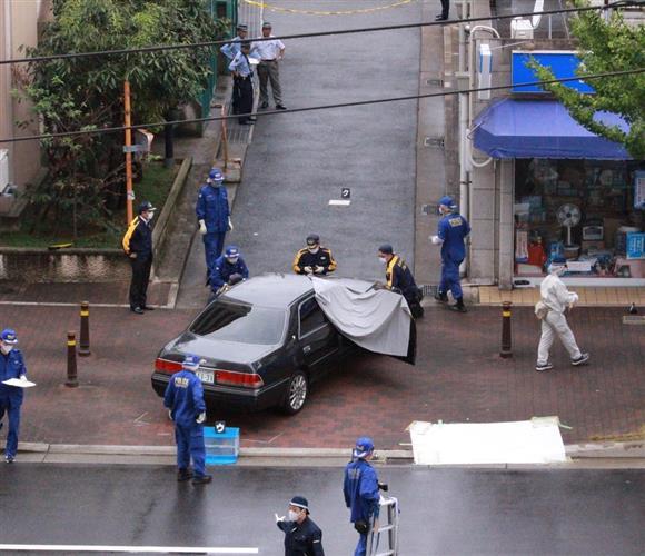 発砲事件の現場付近を調べる兵庫県警の捜査員ら=12日午前、神戸市長田区五番町