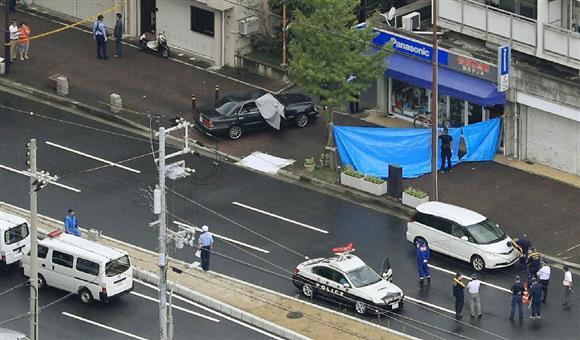 発砲事件があった現場付近を調べる兵庫県警の捜査員=12日午前、神戸市長田区(本社ヘリから)