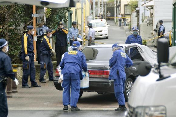 発砲事件があった現場付近を調べる兵庫県警の捜査員=12日午前、神戸市長田区