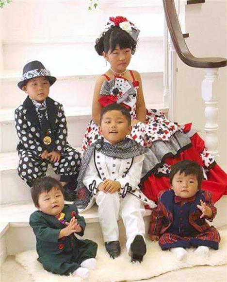 小松博文容疑者の妻恵さんのフェイスブックに掲載された子どもたち