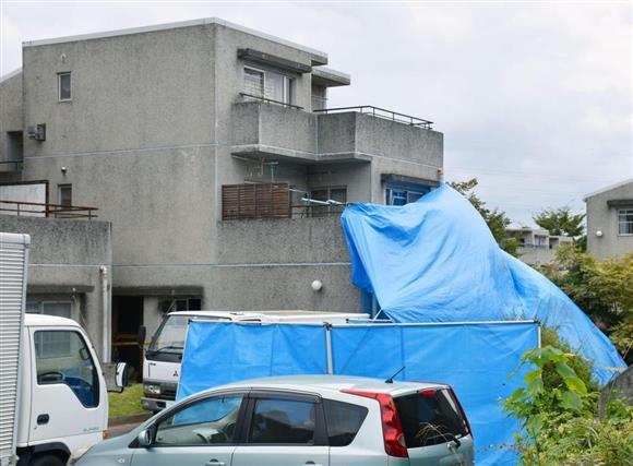 母子とみられる6人が死亡した県営アパート=6日午前、茨城県日立市