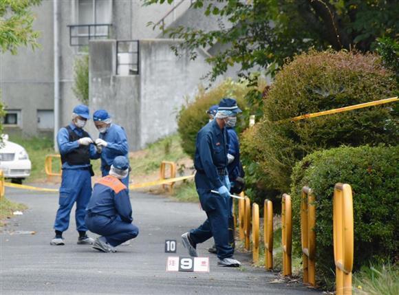 母子とみられる6人が死亡した県営アパートの周辺を調べる捜査官=6日午後、茨城県日立市