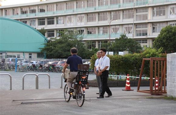 男性教諭の発言を受け、小学校では保護者会が行われた(7月20日撮影)