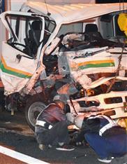 東名高速の正面衝突事故、重体の2人が死亡
