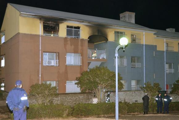 子どもが意識不明の重体で搬送された火災現場の市営住宅=3日午後11時20分ごろ、長崎市