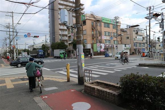 高校1年の女子生徒が大型トラックにはねられた現場交差点=大阪市西淀川区