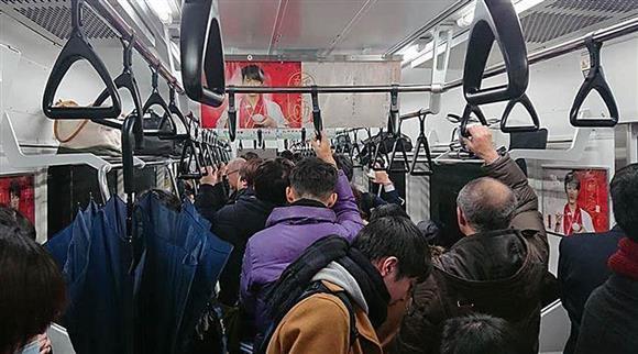 「電車内 混雑」の画像検索結果