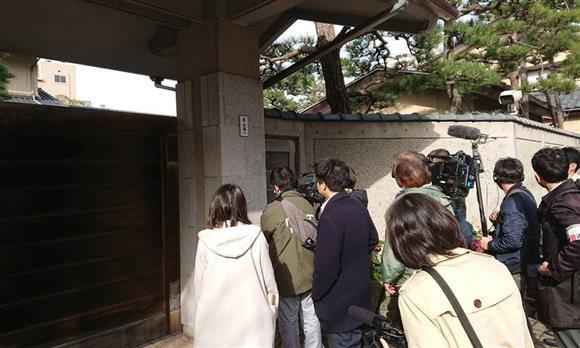知事公舎前に詰め掛けた報道陣。新潟県の米山隆一知事は公舎内で県職員と対応を協議したとみられる=17日午前7時40分、新潟市中央区(太田泰撮影)