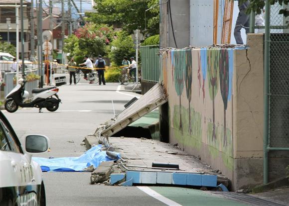 倒壊した大阪府高槻市立寿栄小の壁=18日午前10時56分