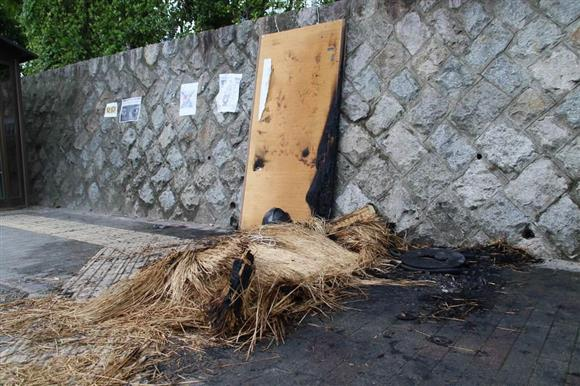 京大の「畳タテカン」燃える 付近に焦げた花火の袋?:イザ!