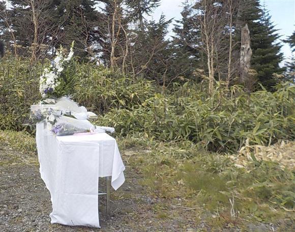 群馬防災ヘリ事故、遺族が墜落現場近くで献花:イザ!