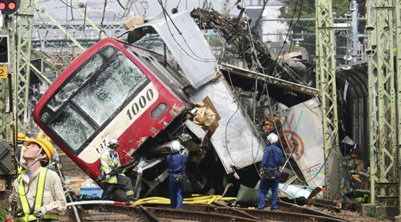 京浜急行の神奈川新町-仲木戸間の踏切で、トラックと衝突し脱線した車両=5日午後0時47分、横浜市神奈川区