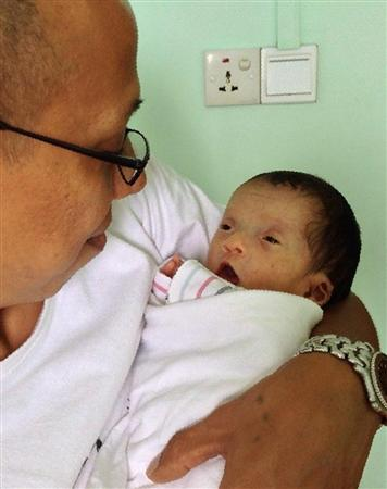 このニュースへ 父親に抱かれるテッ・アウン・カン君=ミャンマー・ヤンゴン(豊吉広英撮影... 明