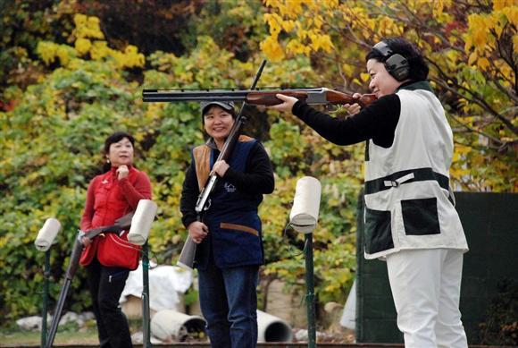 射撃の研修会で腕を磨く女性猟師たち=大阪府泉南市の大阪総合射撃場