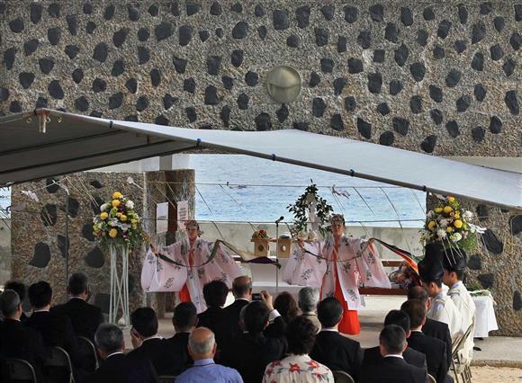日本政府が建てた「西太平洋戦没者の碑」で靖国神社と明治神宮の神職らによる... 日本政府が建てた