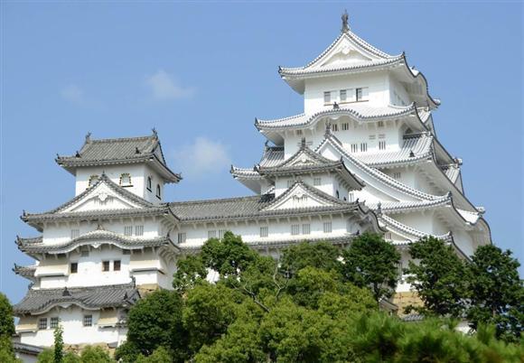 平成の大修理中の姫路城大天守(奥)=2014年8月、兵庫県姫路市本町