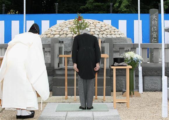 両陛下、桂宮さまの墓をご参拝:...