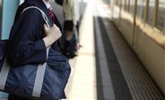 女子中学生の電車飛び込み 誤情報「歩きスマホ」が拡散した理由