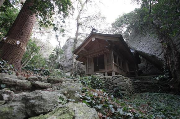 巨岩と原生林に囲まれた中にひっそりと建つ沖津宮