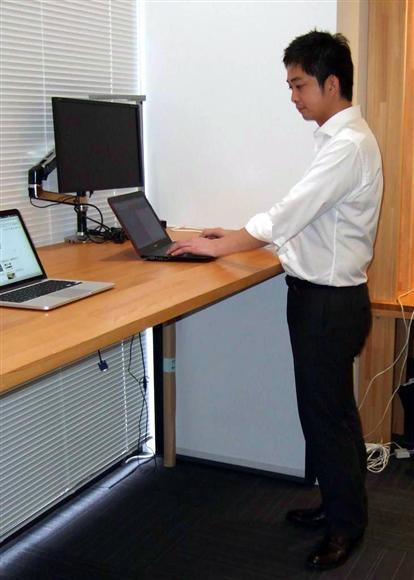 オフィス家具大手のイトーキにある、立ってパソコンなどの作業ができるスペース。1週間当たり10時間は立ち仕事で腹囲減少の効果があったという
