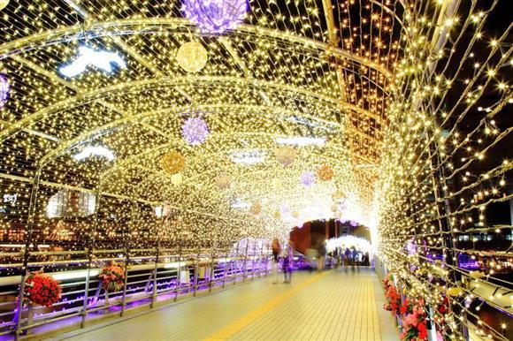 小倉イルミネーション 紫川にかかる人道の橋「鴎外橋」の光のトンネル