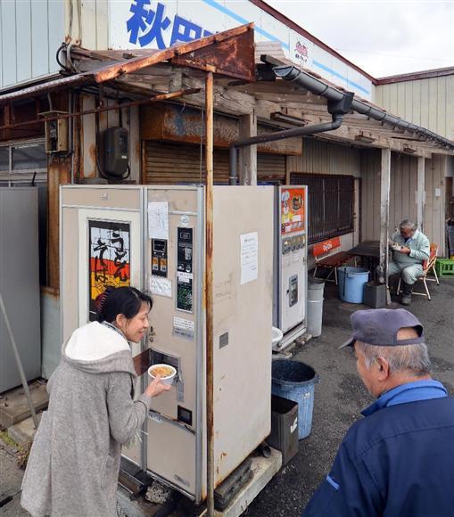 佐原商店のうどん・そば自販機。40年以上にわたって人々に親しまれた=秋田市土崎港西