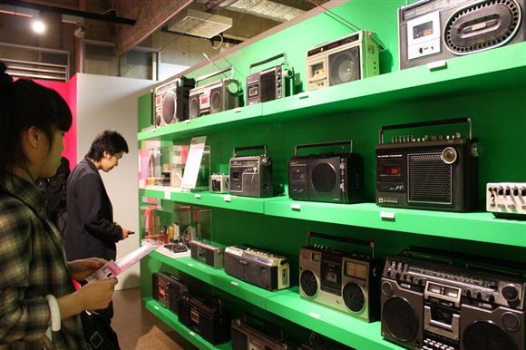 5月に大阪市で開催された「大ラジカセ展」の会場には懐かさを感じる約100台がズラリ。監修したのは東京在住の家電収集家で研究家の松崎順一氏=大阪市北区のロフト梅田店