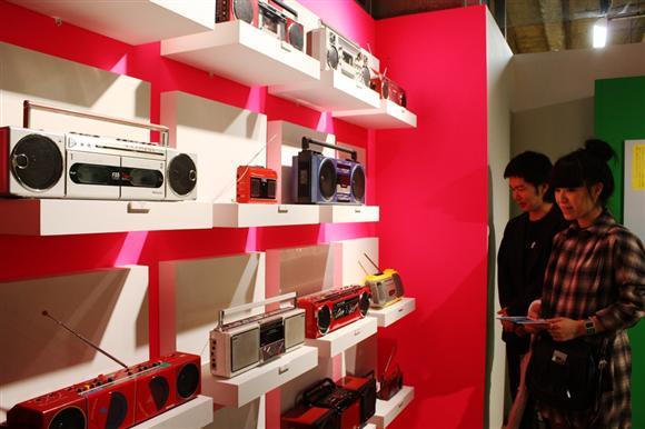 ラッパーが肩に担いで登場しそうなヒップホップを象徴するシリーズや、赤や白を基調にしたおしゃれなシリーズ、CDを搭載した多機能シリーズなど5つのカテゴリーに分類=大阪市北区のロフト梅田店