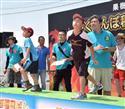 さくらんぼ種飛ばしワールドグランプリで、勢いよく種を吹き飛ばす参加者=12日、山形県東根市