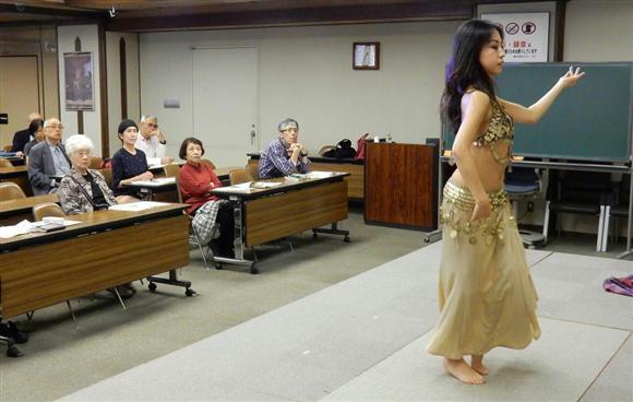 佛教大学ビハーラ研究会の市民講座でベリーダンスを実演するダンサー