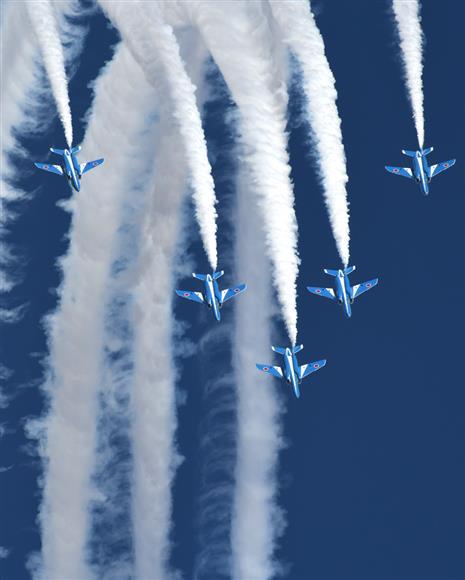 大空を縦横無尽に駆け回る「ブルーインパルス」=11月3日、航空自衛隊の入間基地(撮影・津田克仁)