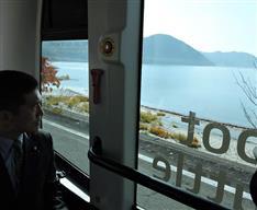 自動運転バス、乗り心地は?秋田・田沢湖畔で行われた全国初の公道実験に体験乗車