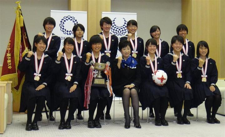 小池知事、高校女子サッカー優勝の十文字の選手に「蹴って ...