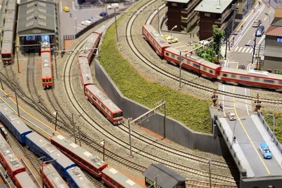 レイアウトを走行する京浜急行の電車。グリーンマックス製Nゲージ=神奈川県横浜市西区ランドマークプラザ