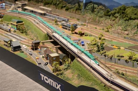 レイアウトを走行するH5系新幹線とE2系新幹線。トミーテック製Nゲージ=神奈川県横浜市西区ランドマークプラザ