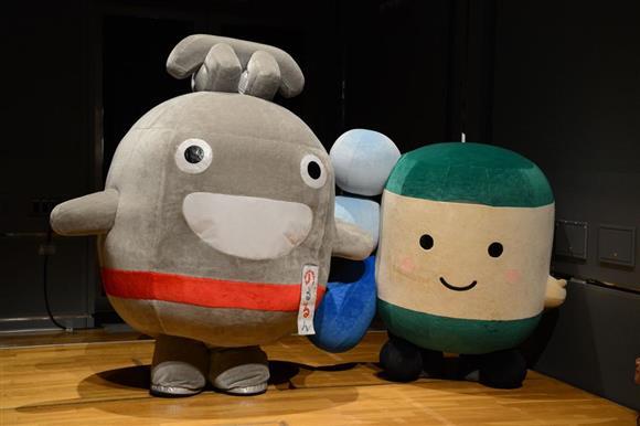 東急電鉄のマスコットキャラクター「のるるん」(左)と江ノ島電鉄のマスコットキャラクター「えのん」=神奈川県横浜市西区ランドマークプラザ